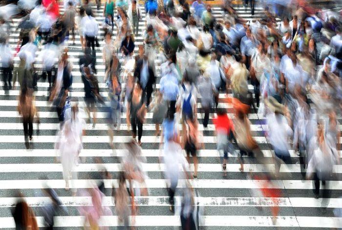 Fußgänger überqueren einen Zebrastreifen