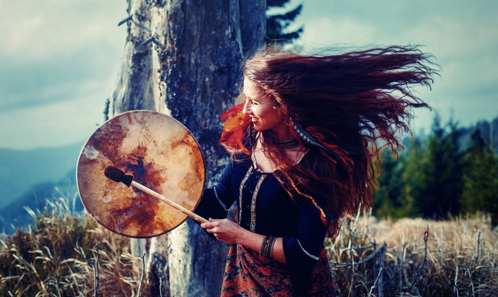 Kraftvolle Frau spielt Trommel