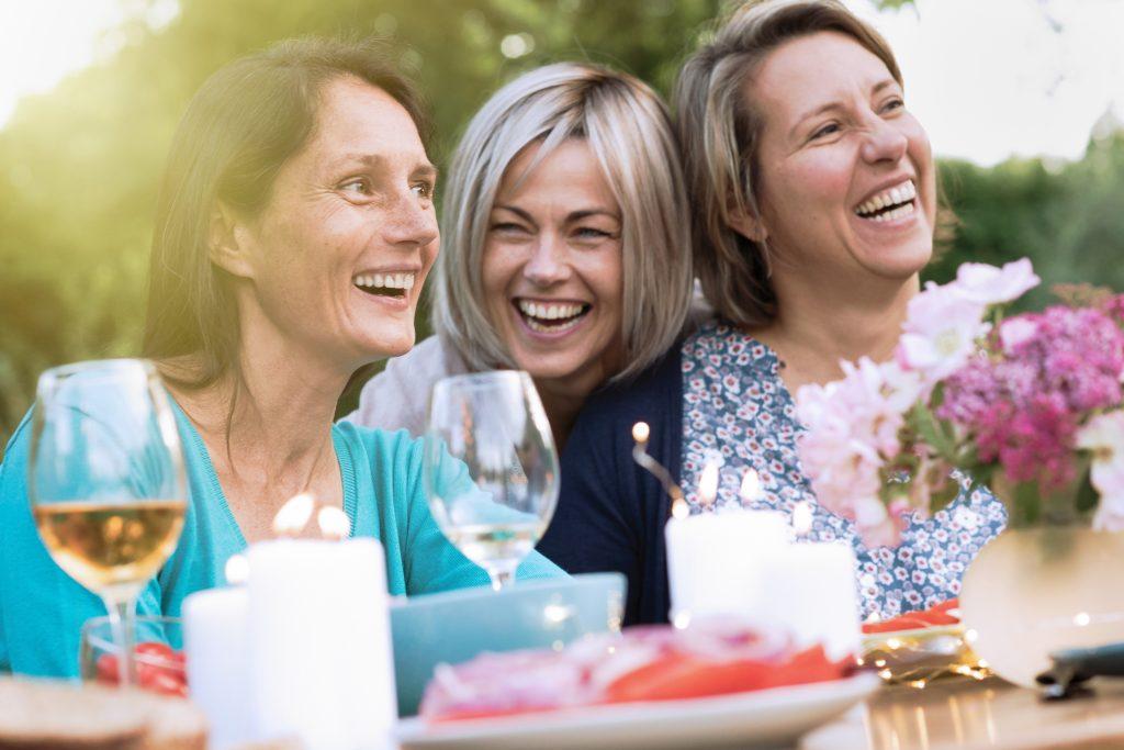 Drei Frauen feiern einen Erfolg