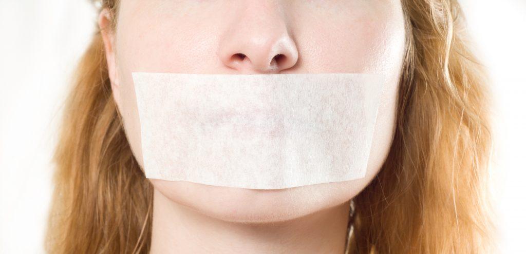 Frau mit Pflaster auf dem Mund